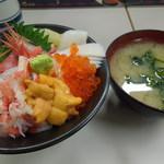 26399262 - ●北海生ちらし(2160円)                       ●味噌汁(326円)