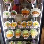 華さん食堂 - 入り口にある食品サンプル