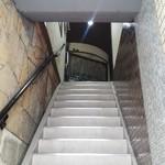 旬菜割烹 和しん - この階段を上がります