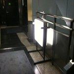 静安飯店 - 階段の手前の看板