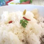 カモガワラボ - ご飯の上に干しブドウとミント。