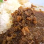 カモガワラボ - 牛すじとザクロのカレー。
