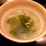 26443358 - ビビンバ牛丼 1000円 のワカメスープ