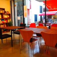 cafe de MeiPAM - 店内に迷路のまちの本屋さん