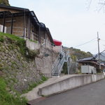魔法使いのおばあちゃま&ココちゃん - 一軒家の入口へと向かう道路沿いの階段