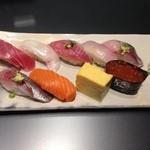 26449799 - ランチの握り寿司(上),900円.一貫の大きさは小さめ.その分,この値段でもマグロにヒラメ,イクラを頂くことができ,いずれも美味しい.この他にサラダと味噌汁が付いています.