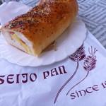 成城ベーカリー - 成城パンのスパイシー ほら、持ち帰り袋ごらんなさい、ローマ字でSEIJO PANですよ。