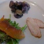 ビルーチェ - 自家製燻製サーモン 自家製鴨のハム 有機野菜ナスと玉ねぎのマリネ