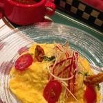 シシリアンルージュ札幌 - ミートソースオムライス☆ 別添えのシシリアンルージュを使ったミートソースをかけて頂きます(๑′ᴗ‵๑) こだわりの卵はふわとろ♪ 盛り付けの彩りもキレイで鮮やかです♡
