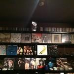 コーヒー フラジャイル - レコードが飾ってあります。