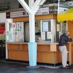 駅そばKIOSK - 改札外露出店です