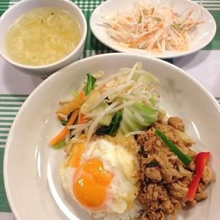 グリーンパッタイ  神田本店 - ランチメニューのガイガパオ on 野菜。デフォルトは温泉卵なのを目玉焼きに変更してもらいました。