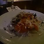 原価無視の創作イタリアン PAPAS - サーモンと玉ねぎのサラダ