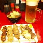 もつ焼き ようちゃん - おまかせ五本盛り合わせと、もつ煮込みと、生ビール。これで合計1450円