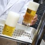 ビールスタンド重富 - 左が、参度注ぎの弐回目