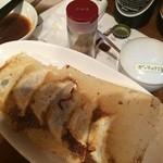26479394 - 焼き餃子 の食べ方はタレの他にお塩も二種類あります♫