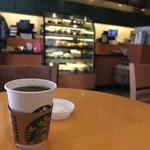 スターバックス・コーヒー - 1F。入ってすぐの、丸テーブル。