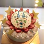 26485581 - お願いしたらケーキを作ってくれるのでしょうか。人気アニメの某キャラクターのケーキは子供たちの目を引きつけていました。