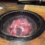 26485664 - 注文と同時に入り口で燃やされてた炭火がテーブルの中央に収められ準備OKです。