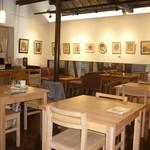 路地カフェ - ギャラリーも兼ねる店内
