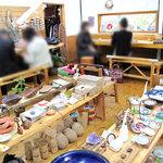 ムッシュ・ド・ムニィー - お店に入ってすぐのお部屋は、小物雑貨とカフェ用カウンター席です。 雑貨は、フェアトレード(公平貿易)商品が中心です。
