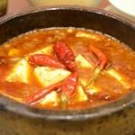 ロンフーダイニング - 麻婆豆腐ランチ 石鍋麻婆豆腐 (辛さサンダー) + スープ + ライス + 冷菜 980円。