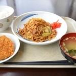 キッチン有明 - Cランチ 焼ソバとメンチカツ 半ライス 600円。