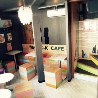 MK CAFE - 1F ウッドベンチと一人用チェアーはスタッフのハンドメイド
