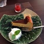 26496396 - 自家製チーズケーキ イチゴソース添え
