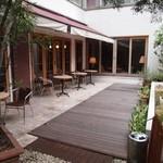 アメリ - 通路の奥にはオープンカフェスペース