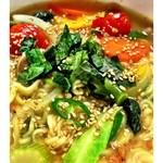 koreAn diNing GOMAmura - とにかく野菜が多い~女性にうれしい~ラーメン。ヘルシー煮干しと美健野菜のダシとゆずの爽やかな香りが引き立ち、さっぱりしたシメにもぴったり。でん粉の多いもちもちとしたヘルシーじゃがいも麺がさっぱりしたスープによく絡みます。