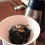 koreAn diNing GOMAmura - 十六穀玄米ごはんの韓流おにぎりを煮干しとお茶で割って今日のおシメ!