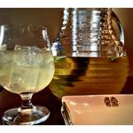 koreAn diNing GOMAmura - 自家製オーガニックハーブ サングリア(白)ビタミンとミネラルが豊富なワインとフルーツとハーブのカクテルです。ワインのポリフェノールはもちろんフルーツのビタミンとミネラル、ハーブの働きによって身体が錆びない究極の抗酸化ドリンク。ワインが苦手な方も気軽に楽しめる超ヘルシー低アルコールドリンク。