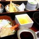 産直鮮魚寿司炉端 源ぺい - 平日ランチ「おもてなし膳」961円(2014年4月現在の価格)