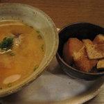 串駒 - お通し(ひげ鱈の味噌汁と油揚げと里芋の煮物)