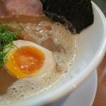 ラー麺 陽はまた昇る - ラー麺 陽はまた昇るのとり豚こつラー麺、味玉にスープ(14.01)