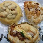 バターロール - 料理写真:惣菜パンも菓子パンも全て¥100(税込)