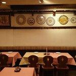 スペイン料理銀座エスペロ - アート品が飾られたフロアーは眺めるのも楽しい!