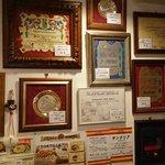 スペイン料理銀座エスペロ - お店の壁には数々の受賞書がズラリ!
