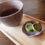 とちの実カフェ - 水じゃなく、お茶とお茶菓子が出てきました