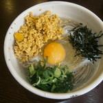 松本蕎麦店 - 納豆そば (温・冷) 810円