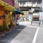 スタードックカフェ - 店頭の駐車場(白線内に停めてね)