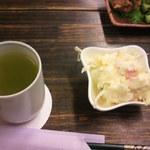 濱田 - 熱いお茶と付け出しポテトサラダ。