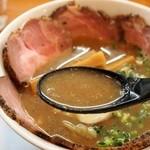 俺のラーメン あっぱれ屋 - 【2回目訪問】こくまろ醤油チャーシューメン(スープ)