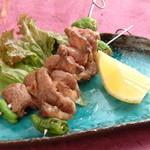 馬桜 - ヒモ串焼き。ヒモとは、牛でいえば中落ちカルビ。歯ごたえがあり、味もしっかりしています。