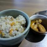 日本蕎麦&鉄板ダイニング 三ヶ森 - 御飯は南関いなりかかしわ飯が選べましたが私はかしわ飯を選びましたが薄味で上品な素材の美味しさの楽しめるかしわ飯に仕上がってました。