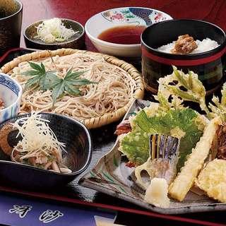 軽井沢産そば粉使用、細打ちの絶品手打ちそばも味わえます。