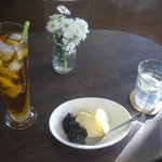 シスカフェ・オクトーブル - アイスルイボスティー、プルーンの赤ワイン煮 アイスクリーム添え