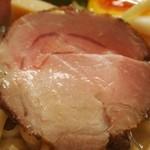 俺のラーメン あっぱれ屋 - 【1回目訪問】熱いスープに浸されているとレアチャーシューはすぐ火が入る