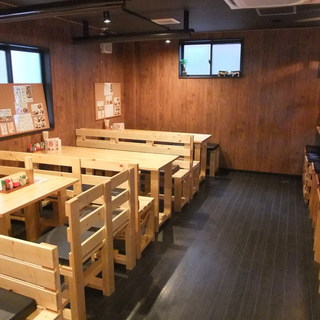 木で作られた手作りテーブル&イスの店内でおくつろぎ下さい♪